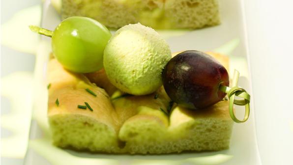 Rozmaringos focaccia szőlő-sajtgolyó nyárssal