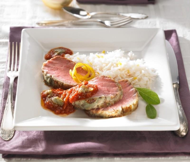 Borjúfilé Roquefort kapucnival, paradicsom mártással és citromos rizzsel